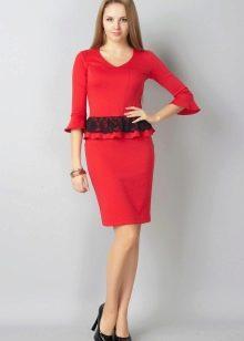 Красное платье с кружевной баской