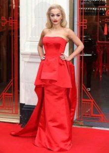 Длинное красное платье-бюстье с крупной баской