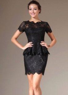 Короткое кружевное платье с баской