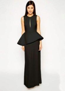 Длинное черное платье с асимметричной баской