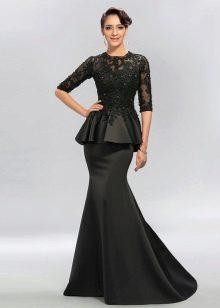 Длинное черное платье с баской