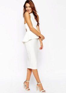 Белое платье средней длины с баской