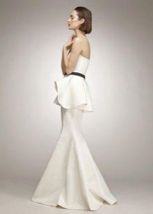 Белое длинное платье-бюстье с баской