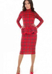 Клетчатое красное платье с баской