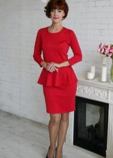 Красное платье с баской, рукавом три четверти