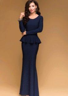 Длинное темно-синее платье с баской