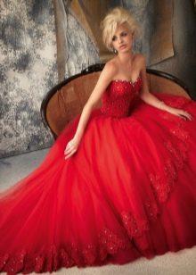 Красивое пышное красное платье с корсетом