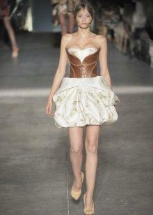 Модное короткое платье с корсетом