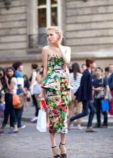 Длинное цветное платье с корсетом и баской