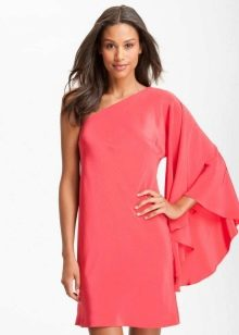 Розовое платье с одним длинным широким рукавом