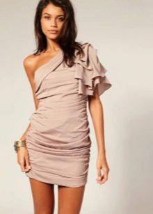 Платье с одним коротким рукавом из воланов