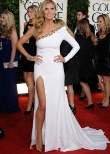 Длинное белое платье с одним длинным рукавом