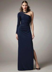 Длинное с разрезом платье с одним длинным облегающим рукавом