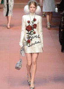 Бежевое платье с розами на модном показе Dolce & Gabbana