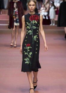 Черное платье с розами на модном показе Dolce & Gabbana
