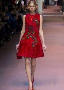 Красное платье с розами на модном показе Dolce & Gabbana