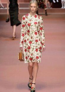Бежевое платье с розами и перфорацией на модном показе Дольче Габбана