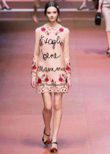Розовое платье с розами на модном показе Dolce & Gabbana