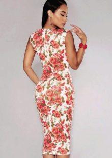Белое платье-футляр с красными розами