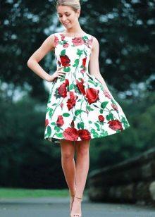 Короткое белое платье с розами