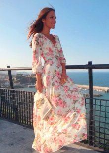Белое длинное платье с розами