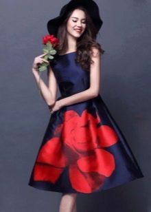 Платье с одной крупной розой на юбке