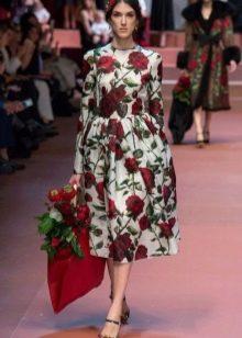 Платье с розами простого кроя средней длины