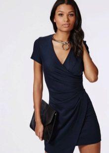 Темно-синее короткое платье с запахом
