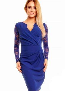 Синее платье с запахом с кружевными рукавами