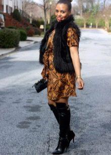 Платье с запахом в сочетание с меховой жилеткой и ботфортами