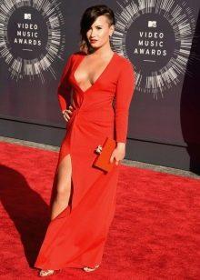 Длинное в пол платье с запахом красного цвета