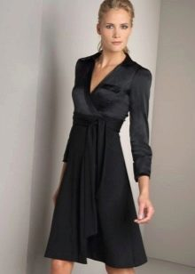 Черное платье с запахом с длинным рукавом