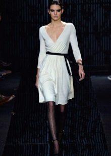 Белое средней длины платье с запахом от Дианы фон Фюрстенберг