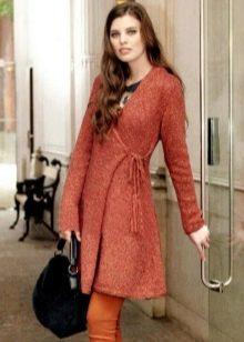 Короткое вязаное платье с запахом
