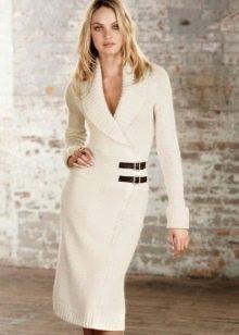 Вязаное платье с запахом средней длины