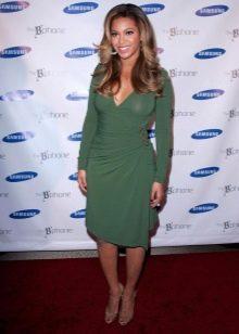 Зеленое платье с запахом средней длины