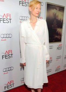 Белое платье с запахом средней длины
