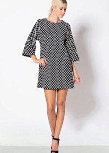 Платье-шифт расклешенным рукавом в три четверти