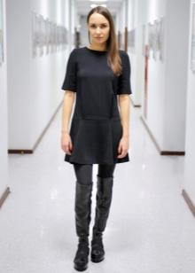 Платье-шифт с ботфортами