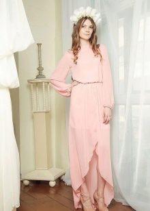 Розовое летнее платье со шлейфом длиной миди