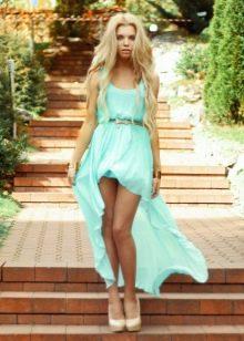 Короткое бирюзовое платье со шлейфом