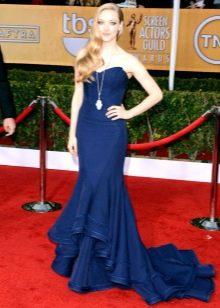 Темно-синее платье со шлейфом
