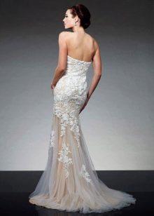 Красивое белое платье со шлейфом