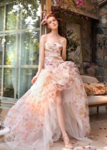 Пышное платье со шлейфом с цветочным принтом