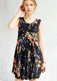 Летнее черное платье-трапеция