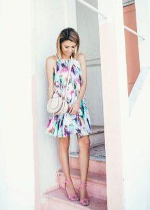 Летнее белое платье-трапеция с абстрактным принтом