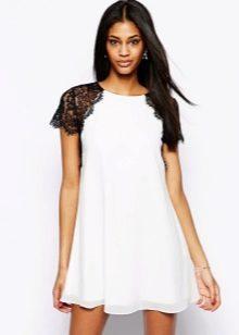 Белое платье-трапеция с черными кружевными рукавами
