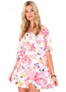 Летнее белое платье-трапеция с цветочным принтом