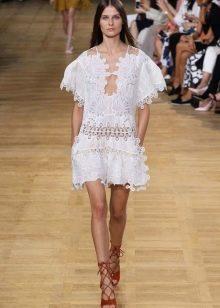 Белое платье-туника с перворацией на модном показе