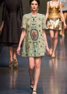 Зеленое платье-туника на модном показе